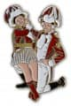 Tanzpaar sitzend Pin - Farbe - rot-weiß